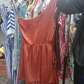 Orange / rust one shoulder kjole