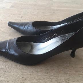 Brand: Billi Bi, str. 37, pumps med lav hæl Varetype: pumps Farve: Sort  Flotte pumps med spids snude og lav hæl på ca. 5,5 cm. De er brugte men velholdte:-) Det skal dog nævnes, at den højre hæl har fået lidt hak. Det ses dog kun tæt på.