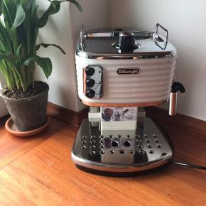 Flot semiautomatisk espressomaskine fra Delonghi med mælkeskummer sælges. Udstyr på billede 3 kan købes med for 200 kr.