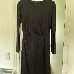 """Elegant kjole fra InWear.  Kjolen har en """"slå-om""""/tucket in effekt ved taljen, der skaber lidt figur.  Kjolen er HELT sort - billede 1 er blot gjort lidt lysere, så man kan se detaljerne.   Den er i super lækker kvalitet og meget blød. Den har en påsyet underkjole.   Brugt én gang.   Hentes på Nørrebro ellers betaler køber fragten."""