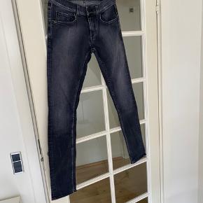 Fede grå Tiger of Sweden jeans i et forvasket look. Slim fit. Med lommer både foran og bag på.  Størrelse 31 i waist og 34 i længden.  Er blevet brugt men fejler intet.  Kom med et bud. Mængderabat gives ved køb af flere dele.  Sender gerne på købers regning.