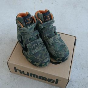 Varetype: sneakers/støvler *NYE* Oprindelig købspris: 650 kr.  Lækre ruskindssko fra Hummel, som aldrig har været brugt.  Den indvendige sål måler ca. 17,5 cm.  Bud fra 325 kr. pp.  Jeg bytter ikke, men handler gerne via Mobilepay :-)