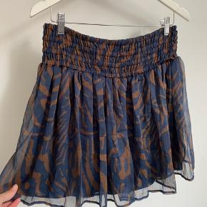 Helt ny nederdel fra Erbs. Med meget stræk i, kan både passe en størrelse op og en størrelse ned 😊