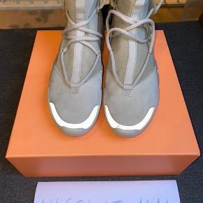 Nike Air FOG 1 Oatmeal Str 43 - fitter op til 43,5/44 Cond 9,9/10 - prøvet på et par gange indenfor - gået ud på terrassen en enkelt gang i dem Har et lille factory flaw i form af et 2x2milimeter hak på Venstre sko snude :-/ Mp 2200 Bin 2300