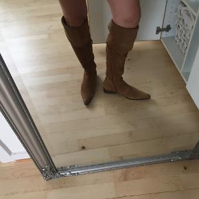 sælger mine flotte ruskindsstøvler der både kan bruges som over knee og foldes ned og bruges som alm lang støvle. Har kun brugt dem  2 gange.