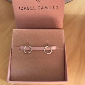 Smukke sølv ørestikker fra  Izabel Camille. Med stempel 925.  Måler 8mm.  Nye og ubrugt. Sælges for 250kr pp