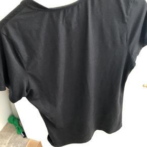 En lækker sports trøje jeg desværre er vokset fra. Et godt køb:)