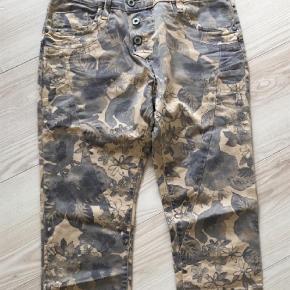 Varetype: Bukser Farve: Army Oprindelig købspris: 1500 kr.  Lækre jeans - kun brugt et par gange, rigtig flot kvalitet!  Se også mine andre annoncer ;)