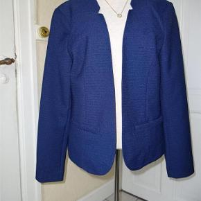 Blazer Vero Moda   *NY* Farve: Se billedet  Blazer sælges.   (Bytter ikke)  Brystmål: 47x2 Længde: 60 Materiale:100 % polyester  Prisen er + porto