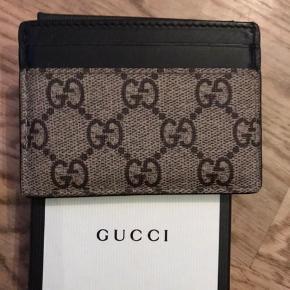 Sælger denne flotte og velholdte Gucci kortholder. Den er næsten ikke brugt og har ingen brugstegn overhovedet! Original kasse og tilbehør medfølger  Pris 1199  Kan sendes landet rundt