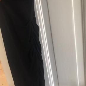 Fin sort draperet kjole, kun brugt en gang.