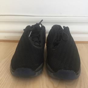 Nike air Jordan future low, str 38. Sort. Noget af overdelen er flosset, købt sådan (se billede).