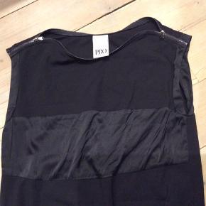 Smuk sort kjole. Midterstykke 100% Silke. Brugt en gang. God kvalitet