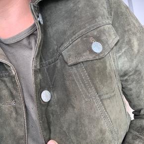 Flotteste skindjakke fra Meotine i armygrøn. Skindet er en smule slut i kanten af ærmerne, men ellers har den bare et flot patina! 😊