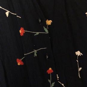 Sød blomstret vintage skjorte, med korte ærmer. Kan passes af S-L. Fejler intet.  Kan sendes på købers regning, eller afhentes i Aarhus N.