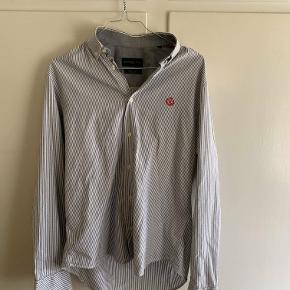 Hej! Jeg sælger denne Henri Lloyd skjorte. Det er en størrelse small. Den ser næsten helt ny ud og har ingen fejl på sig. Mærket på brystet står i yderst fin stand! Jeg sælger den til 150 kr. Hvis du har nogle spørgsmål til skjorten så spørg løs.  Tjek genre mine andre annoncer ud for en masse billige ting!