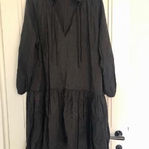 Flot oversize kjole i str. M/L.  Kjolen er længere bag på og har 3/4 ærmer med elastik i kanten.   Bytter ikke!