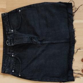 Sort/grå rå nederdel. Forhandler glædeligt om pris. Giv et bud