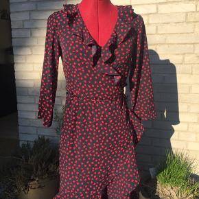 Flot rød og blå kjole uden tegn på brug. Perfekt til foråret og sommeren