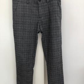 Flotte grå/sort ternede bukser fra Costbart i str. M/12 år. Min søn havde bukserne på til sin søsters konfirmation sidste år , og bukserne har ikke været brugt siden. Se evt. den sorte jakke fra Cost:bart, jeg også har til salg. Bukser og jakke er super flotte sammen. 👍🏼