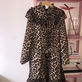 Mega sej ganni leopard kjole! Er ret sikker på den er udsolgt i butikkerne!  Sælges da den dsv ikke bruges nok. Har ingen tegn på slid eller huller! Er vasket ca 4 gange!  bytter måske med saks potts Byd og skriv endelig hvis flere billeder eller spørgsmål!💫💛🐆