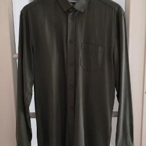 Lækker skjorte i grøn råsilke fra Samsøe. Normal i størrelsen.