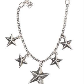 Varetype: -=NY=- ARMBÅND MED STJERNER Størrelse: 18 - 21 cm (Justerbar) Farve: Sølv Oprindelig købspris: 300 kr.  A&C JEWELLERY ARMBÅND MED STJERNER  Flot sølvfarvet armbånd med fem stjerner fra A&C JEWELLERY DESIGN OSLO.   Længde: ca. 18 - 21 cm (Justerbar)  Serie: Signature Model: Stars Silver Style: 3032-0539   Varens stand: aldrig brugt