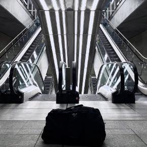 Prada sort stor weekendtaske i nylon med logo og blød bund. Carte d'authenticite medfølger.   62 cm bred x 38 cm høj x 30 cm dyb