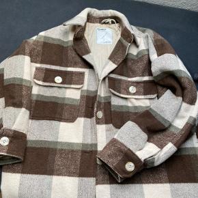 Smuk jakke fra pull and bear.  Da den er meget oversize kan den passes af en s-l. Jeg er selv l på billede.   Byd gerne og skriv endelig for flere billeder🥰