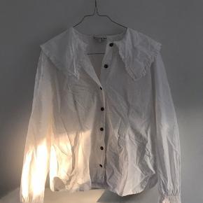 Ganni skjorte med krave. Kun brugt og vasket 1 gang. Fejler intet