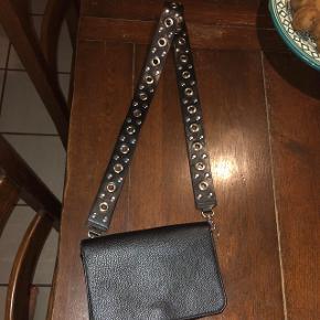 Fin sort taske fra Monki, med pæn rem