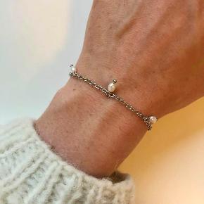 Håndlavede armbånd fra A&M Smykker Fås både i guld og sølv samt ønsket farvekombination🌟  Vores kædearmbånd koster 60 kr. pr styk, og der er to styk for 110 kr.  Vi betaler fragten💌 Følg også med på vores insta @am__smykker 💗