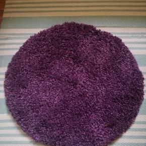 Rundt tæppe fra Zero i mørkelilla med en diameter på 83 cm. Som nyt. Super lækkert tæppe, der giver lidt farve til hjemmet.🍇