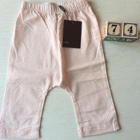 Varetype: Bukser Farve: Hvid/rosa  Fine baggy bukser. Fra allergivenligt hjem