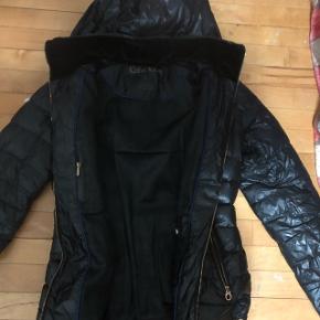 Calvin Klein jakke i sort.I st. S.  Hvis i interesseret er i velkommen til at skrive til mig -jeg kan også sende flere billede af jakken, hvis det nødvendigt :)  I er velkommen til at byde. Vi kan altid finde ud af noget. :)