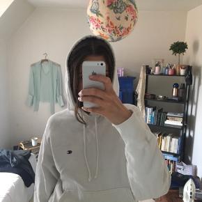 Elsker denne sweatshirt, men får den ikke brugt. Sælges til rette bud. Den er vintage, men vil sige standen er 8/10. Farven er holdt så smukt