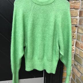 Jeg sælger min flotte, mintgrønne strikttrøje fra HM. Kvaliteten er MEGA lækker. Nyprisen var 400 kr. Den er aldrig blevet brugt, da den desværre er for stor.
