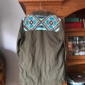 ☀️ skjorte/jakke fra zara med det fineste broderi på skuldre og ryg. Fin stand og brugt sparsomt.