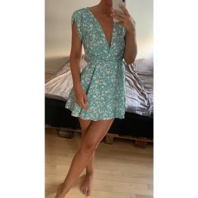 Fineste kjole med blomster! Str xs. Den er brugt 1 gang og fremstår som ny! Spæges da jeg har for meget tøj! Nypris var 400 kr.  Sælges for 100 kr ved afhentning på Nørrebro :) Kan sendes såfremt køber betaler Porto
