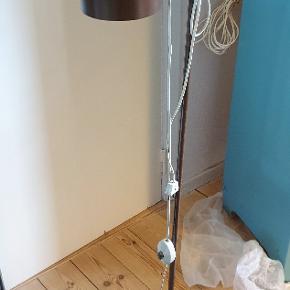 Fed retro lampe sælges pga flytning, så det haster en smule 🙂 skal flytte senest 1/11 - forhåbentlig før.  Den er pæn og velholdt uden synlige skader eller ridser og har nyere ledning med gulv afbryder (ret så dejligt 😊). Desuden skal man aldrig være bange for, at den vælter, da den er af metal med en god tung fod.   Skriv for mål/højde hvis det har interesse 🙂  Afhentes i Odense SV.