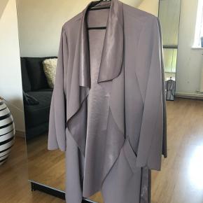 Flot beige jakke/frakke/blazer, i tyndt stof. Den er brugt meget lidt, fremstår derfor næsten som ny.