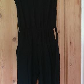 Flot sort buksedragt med blondedetaljer fra h&m, den hedder størrelse 158, men den er lille i størrelse, så derfor lagt op som størrelse 152 GMB - i den meget pæne ende