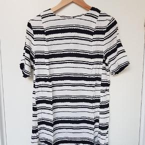 2 T-shirts i samme mønster for 100 kr. Str. 42. Crepe materiale med stræk.