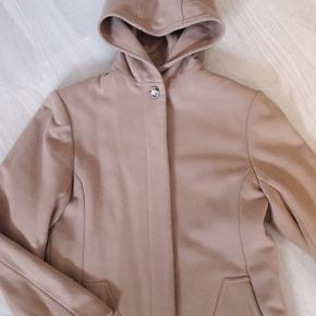 Flot frakke i uld. 80% virgin uld/20 % polyester. Fremstår i pæn stand fra ikke rygerhjem.