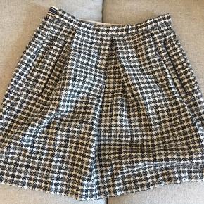 Nederdel, som sidder i taljen. 80% uld, så den er dejlig lun. Brugt meget lidt.