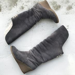 Disse rulams støvler har et lækkert fór indeni. De er lidt slidt efterhånden og trænger til en gang imprægnering igen. Derfor sælges de så billigt. Hælhøjde: 7,5 cm