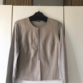 Super flot cardigan med skind på forstykket og fine detaljer, bryst 94cm, længde 56cm, brugt 2 gange, fremstår derfor som ny.