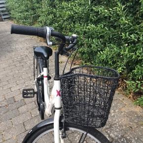 Sælger mil gamle cykel, da jeg har fået en ny. Jeg fik den i gave, men nu kan jeg ikk bruge den mere. Den fejler intet og den blir self rengjort inden den bliver sendt.   Nypris var ca 2300kr Men jeg sælger den for 1000kr