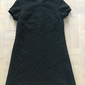 Super fin kort kjole. Den kan også bruges udover bukser. Nærbillede af stoffet kan ses på sidste billede. Kan sendes med Dao for 38 kr. eller afhentes i Århus C.