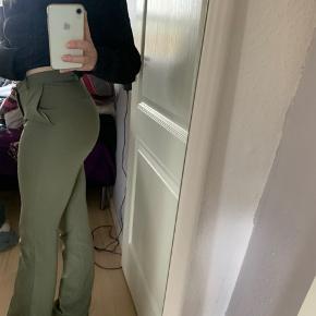 Kan sagtens passes af str xs, jeg bruger selv fra str xxs-S i bukser og de sidder perfekt;)